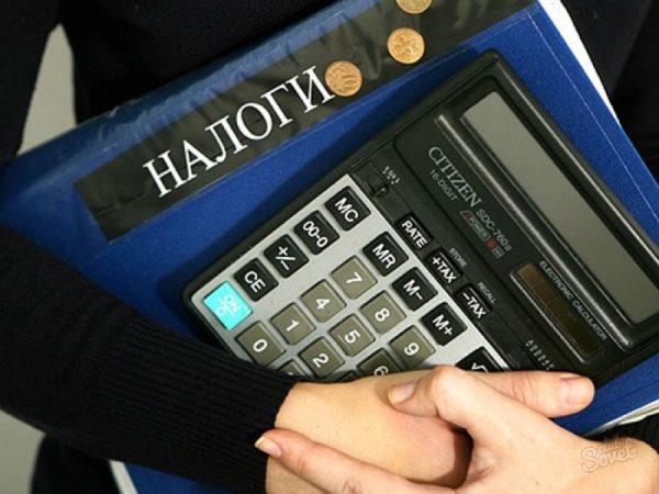Человек с калькулятором и папкой