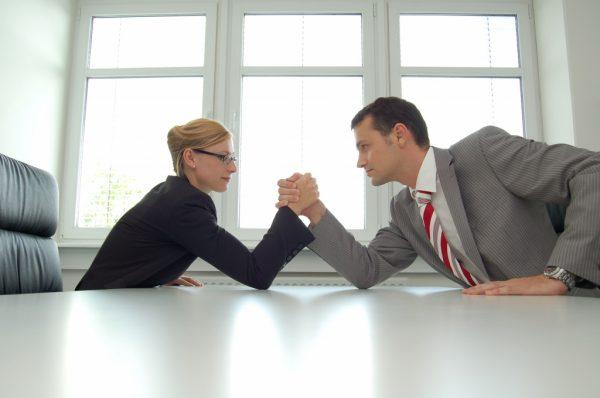 Женщина и мужчина занимаются армрестлингом
