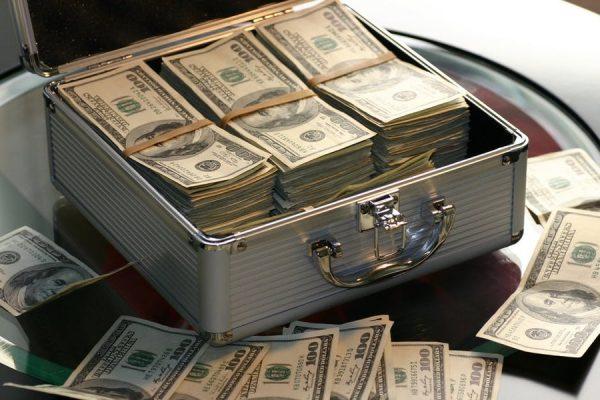 Пачки долларов лежат в чемодане