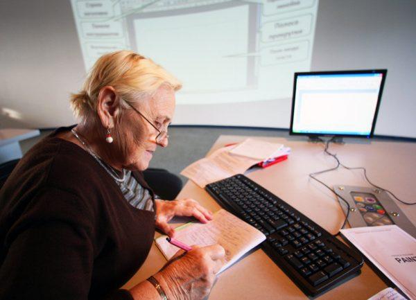 Пожилая женщина работает