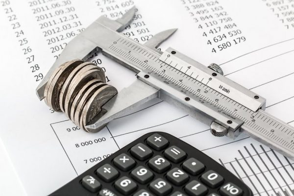 Штангенциркуль, монеты и калькулятор