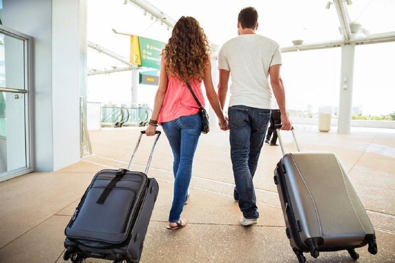 Люди с дорожными сумками