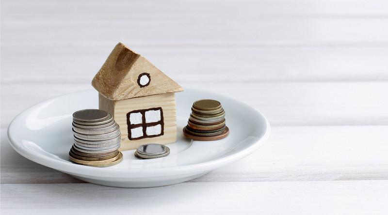 Дом, монеты, блюдце