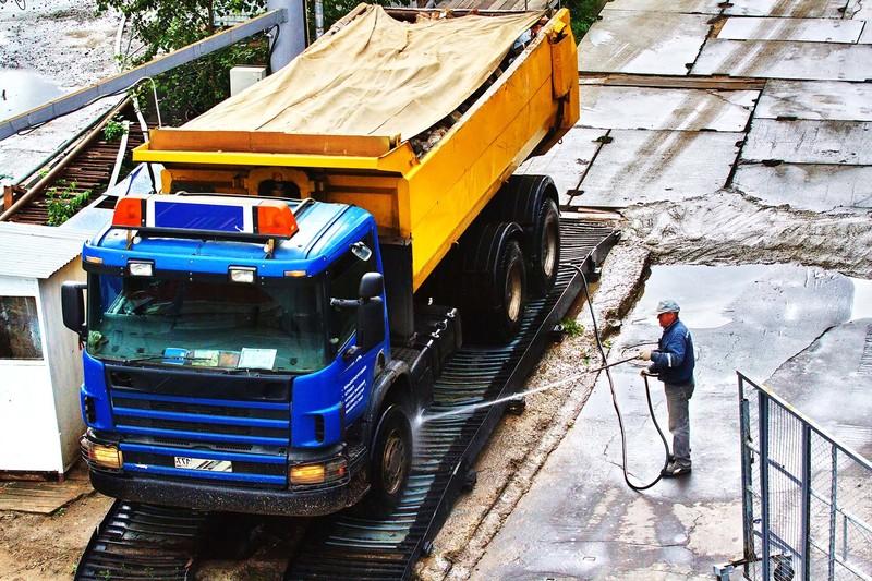 Мытье колес грузовика