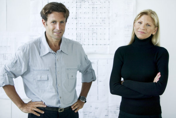 Мужчина и женщина стоят рядом