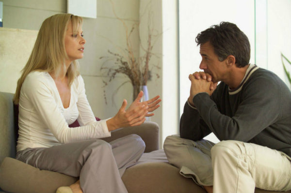 женщина разговаривает с мужчиной
