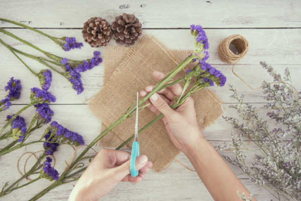 Человек подрезает стебли цветов