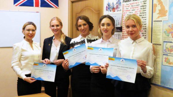 Стюардессы с сертификатами