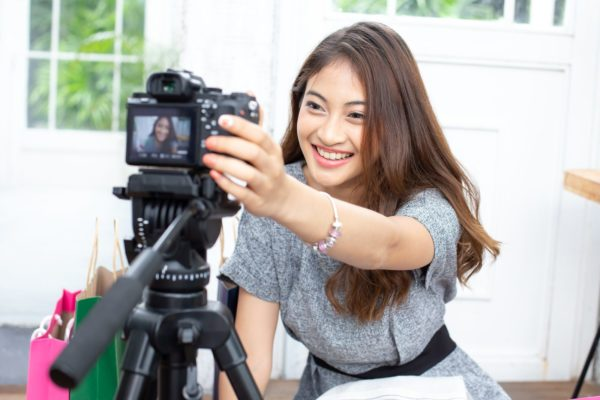 Девушка снимает себя на камеру