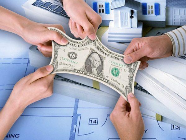 Руки растягивают доллар
