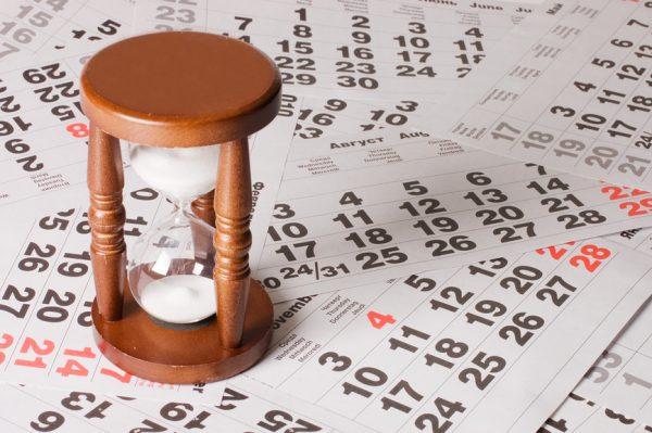 Песочные часы и календарь