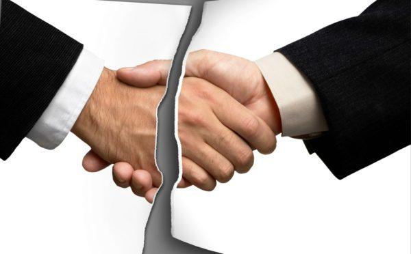 Разорванная фотография рукопожатия