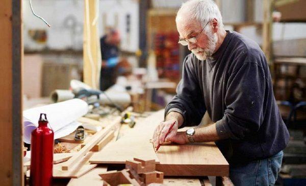 Пожилой мужчина работает
