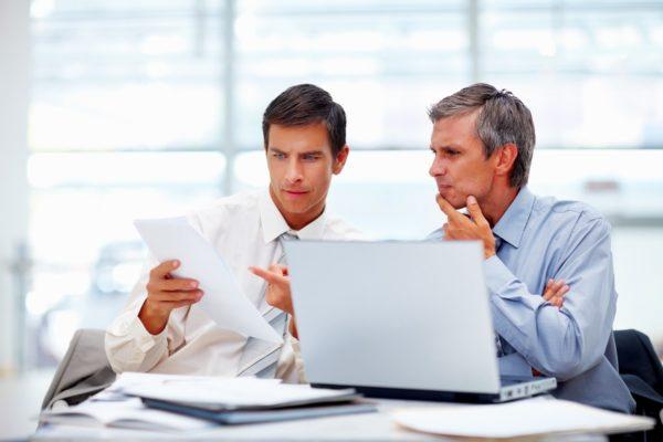Бизнесмены обсуждают проект