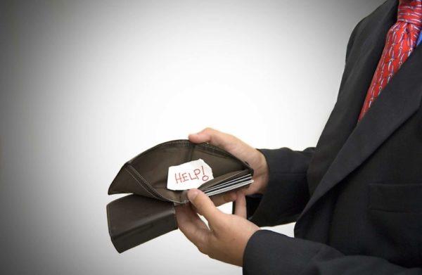 Пустой бумажник у бизнесмена